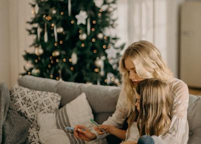 Stylisch unterm Weihnachtsbaum - Inspiration für Mutter und Kind